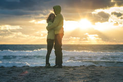 Jeune homme et femme de couples étreignant dans extérieur romantique d'amour Photos libres de droits