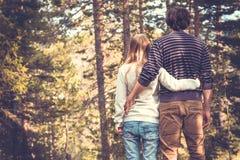 Jeune homme et femme de couples étreignant dans l'amour Images libres de droits