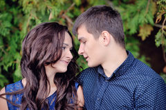 Jeune homme et femme de couples regardant l'un l'autre, DA de la valentine Photographie stock libre de droits