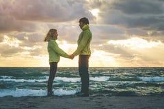 Jeune homme et femme de couples tenant des mains dans l'amour Image stock