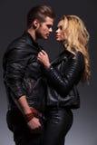 Jeune homme et femme de mode regardant l'un l'autre photos stock