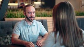 Jeune homme et femme de sourire ayant la réunion d'affaires informelle appréciant parler et discuter banque de vidéos