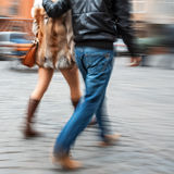 Jeune homme et femme descendant la rue Photos libres de droits