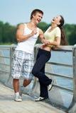 Jeune homme et femme détendant ensuite Images libres de droits