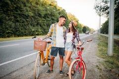 Jeune homme et femme embrassant la date romantique Photographie stock