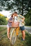 Jeune homme et femme embrassant la date romantique Image libre de droits