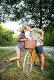 Jeune homme et femme embrassant la date romantique Photo libre de droits