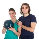 Jeune homme et femme gais avec la boule de bowling Image libre de droits