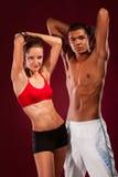 Jeune homme et femme intenses avec des haltères Photo stock