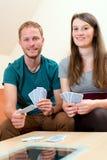 Jeune homme et femme jouant le jeu de carte Images libres de droits