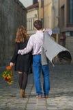 Jeune homme et femme marchant loin ensemble Photo libre de droits