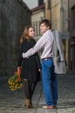 Jeune homme et femme marchant loin ensemble Photographie stock