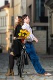 Jeune homme et femme se penchant un entre eux Images stock