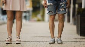 Jeune homme et femme se tenant dans la rue de ville, étudiants la date, nouvelle génération Image stock