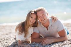 Jeune homme et femme sur la plage en été Photo stock