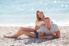 Jeune homme et femme sur la plage en été Photographie stock libre de droits