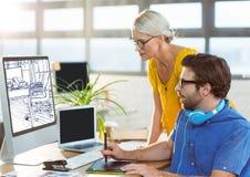 jeune homme et femme travaillant sur l'ordinateur sur la nouvelle conception de bureau (blanc et bleu-foncé) Image libre de droits