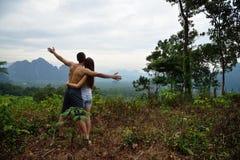 Jeune homme et femme trimardant dans la jungle tropicale de la Thaïlande Photo libre de droits