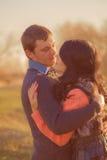 Jeune homme et fille de couples ensemble sur la nature Photographie stock libre de droits
