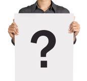 Jeune homme et point d'interrogation sur le panneau blanc Photographie stock