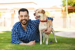 Jeune homme et son ami de chien Image libre de droits