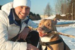 Jeune homme et son chien Image stock