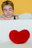 Jeune homme et un coeur rouge Photo libre de droits