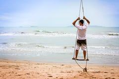 Jeune homme examinant la distance sur la plage Images libres de droits