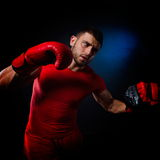 Jeune homme exerçant la boxe dans le gymnase Image libre de droits