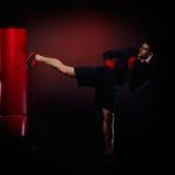 Jeune homme exerçant la boxe de sac Photo libre de droits