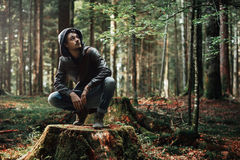 Jeune homme explorant la forêt Photos libres de droits