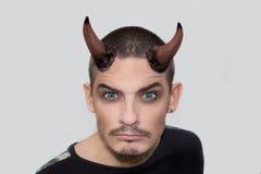 Jeune homme fâché avec des klaxons de Halloween Image stock