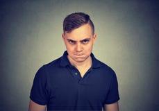 Jeune homme fâché regardant l'appareil-photo photographie stock libre de droits
