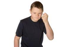 Jeune homme fâché secouant son poing image stock