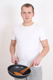 Jeune homme faisant cuire au-dessus du blanc Image stock