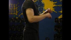 Jeune homme faisant l'exercice dans le gymnase banque de vidéos