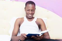 Jeune homme faisant la lecture Image libre de droits