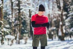 Jeune homme faisant la pause de pulser dans le Forrest images stock
