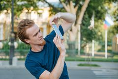 Jeune homme faisant la photo et la vidéo au téléphone Images stock