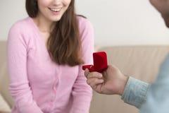 Jeune homme faisant la proposition de mariage à l'amie, engagement rin Photo stock