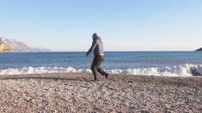 Jeune homme faisant la s?ance d'entra?nement de sports dans le beau paysage de nature par la mer banque de vidéos