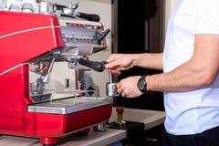 Jeune homme faisant le café photos stock