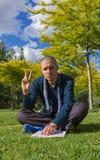 Jeune homme faisant le V avec la main photo libre de droits