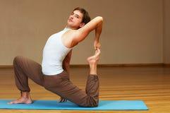 Jeune homme faisant le yoga Image libre de droits