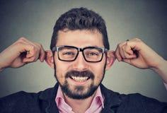 Jeune homme faisant les visages idiots photographie stock libre de droits