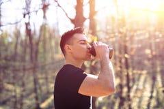 Jeune homme faisant une pause après course de matin photo libre de droits