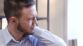 Jeune homme fatigué au travail banque de vidéos