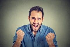 Jeune homme fâché criant Image libre de droits