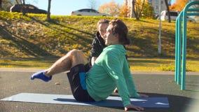 Jeune homme flexible faisant des exercices pour la presse banque de vidéos