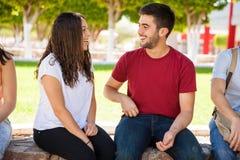 Jeune homme flirtant avec une fille Image libre de droits